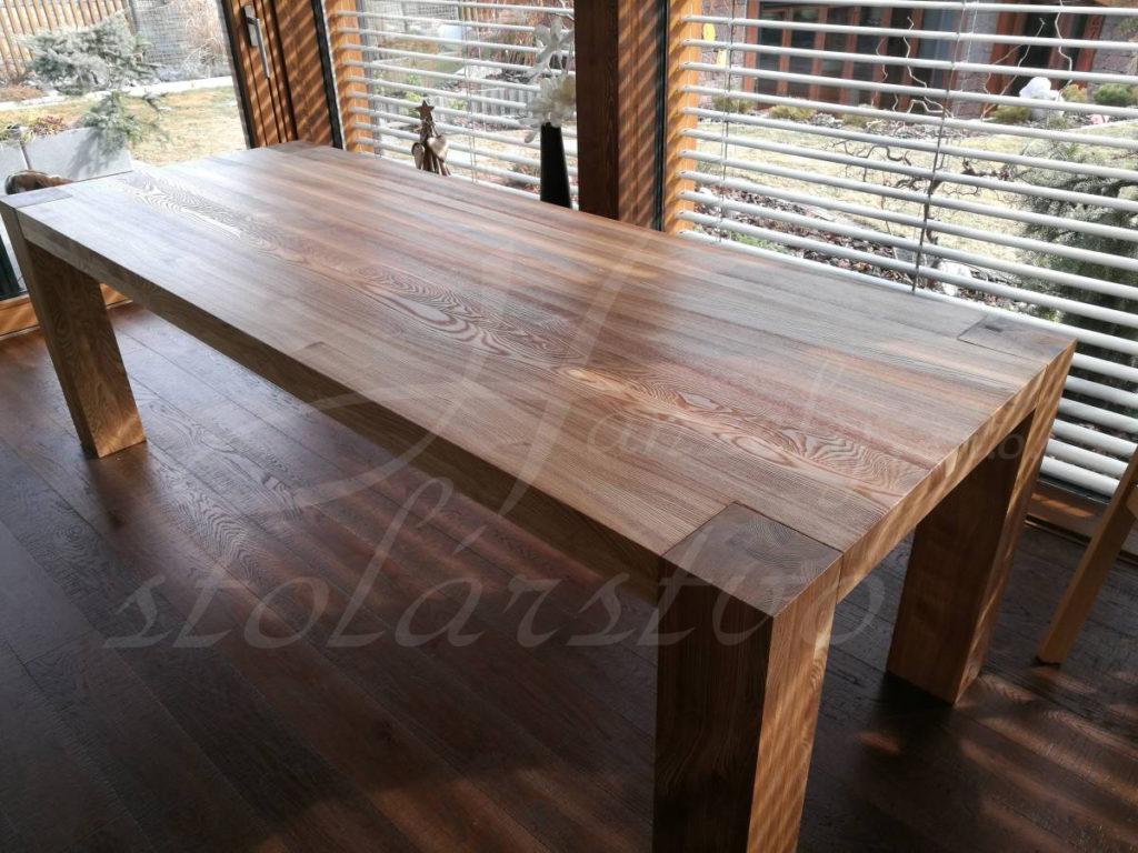 Masívny jedálenský stôl
