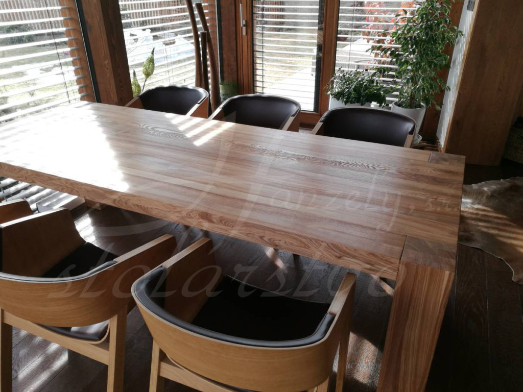 Drevený stôl z jaseňa